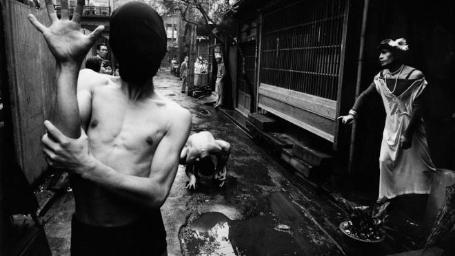 <!--:en-->Masters of street photography  – WILLIAM KLEIN<!--:--><!--:it-->Maestri della fotografia di strada – WILLIAM KLEIN<!--:-->