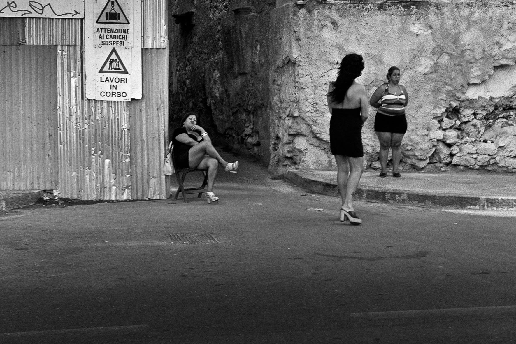 01_AP_Street Women