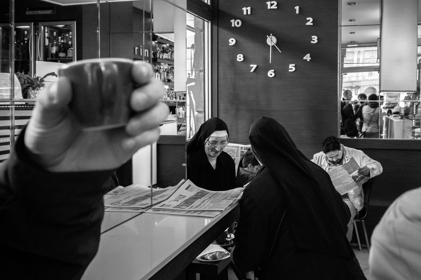 02_AP_The nuns at the café